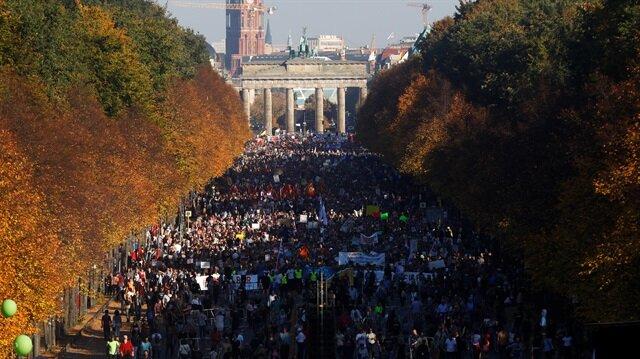 Almanya'nın başkenti Berlin'de ırkçılık, yabancı düşmanlığı ve ayrımcılığa karşı düzenlenen yürüyüşe on binlerce kişi katıldı