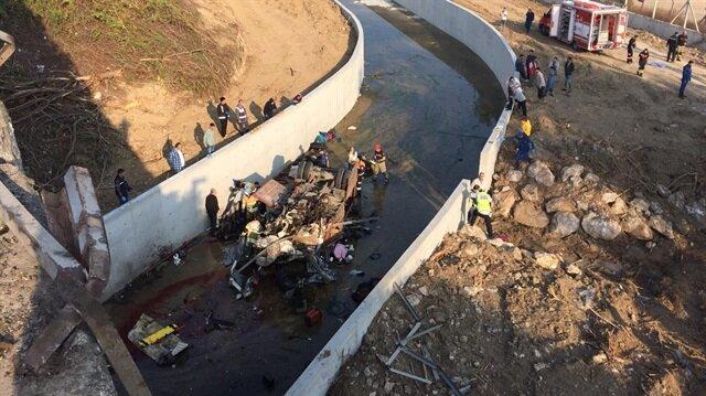 İzmir'de göçmenlerin bulunduğu kamyonun devrilmesi sonucu 22 kişi hayatını kaybetti.