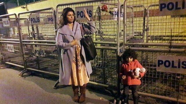 Konsolosluk önüne gelen bir kadın çocuğuyla sessiz bir şekilde bir süre durdu. Ardından el işareti yapan kadın, konsolosluk önünden ayrıldı.
