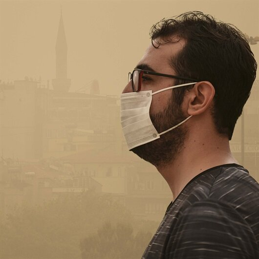 Göz gözü görmüyor: Vatandaşlar maske taktı