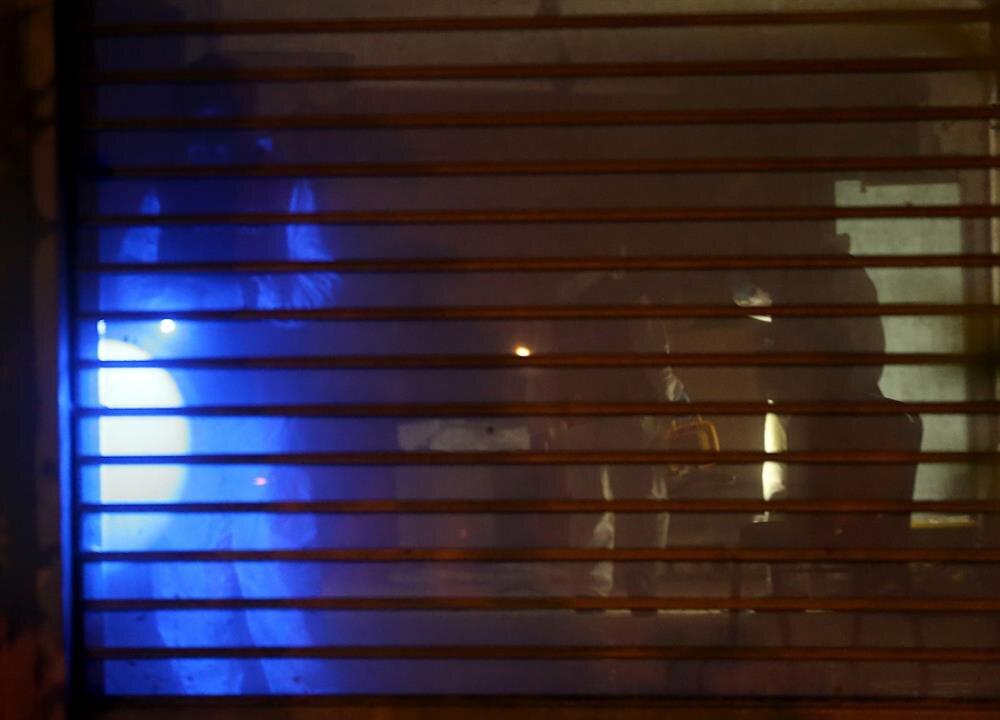 Ekipler mavi ışıkla arama ve inceleme yaparken.
