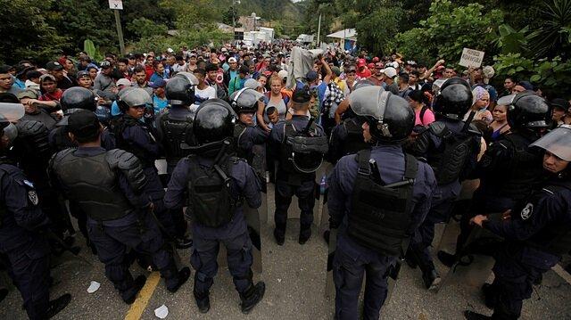 Yüzlerce göçmen yollarda: ABD polis yığdı