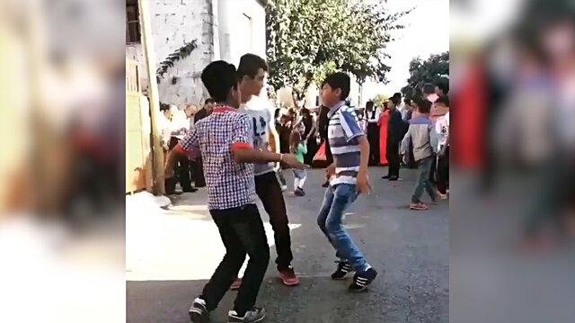 Sokak düğününde kendinden geçen Adanalı çocuklar
