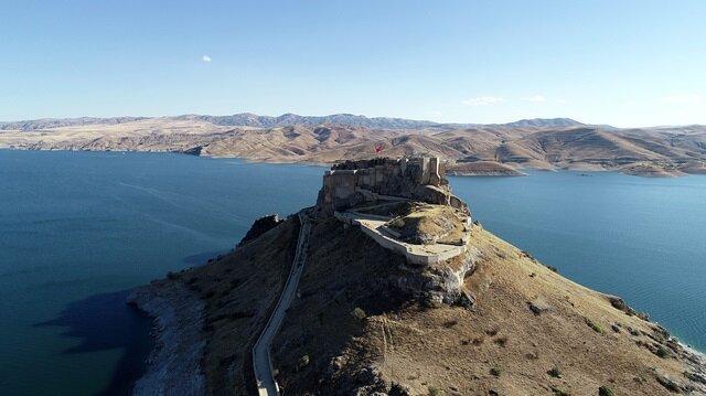 """قلعة """"برتك"""" التركية .. جزيرة عائمة تفوح بعبق التاريخ"""