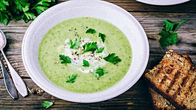 Kerevizli ıspanaklı taze çorba, çiğ beslenenlere göre bir lezzet.