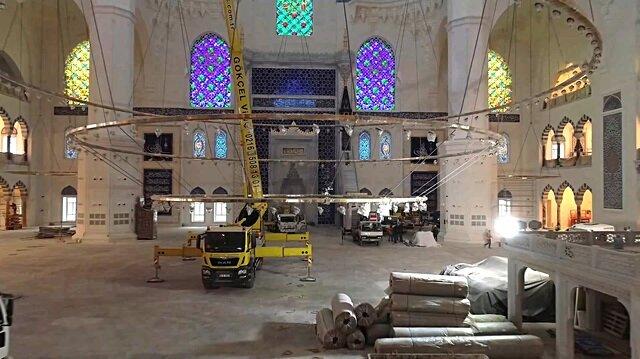 Çamlıca Camii'ne devasa avizesi vinç yardımıyla takıldı