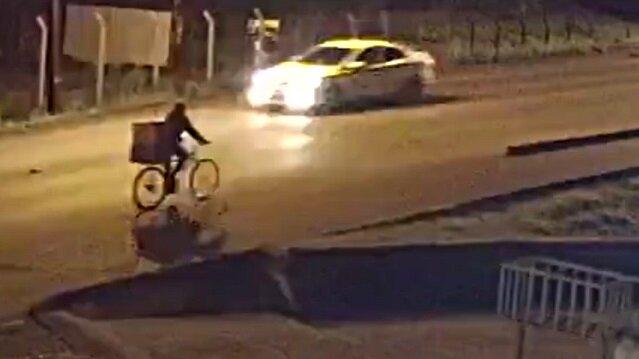Otomobilin çarptığı bisikletli metrelerce havaya fırladı