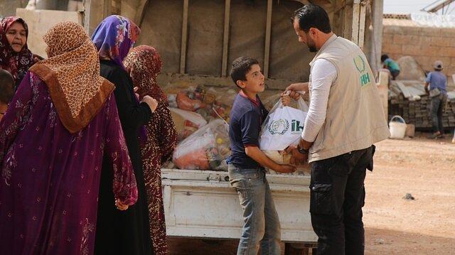الإغاثة التركية توزع مساعدات غذائية على أيتام في إدلب السورية