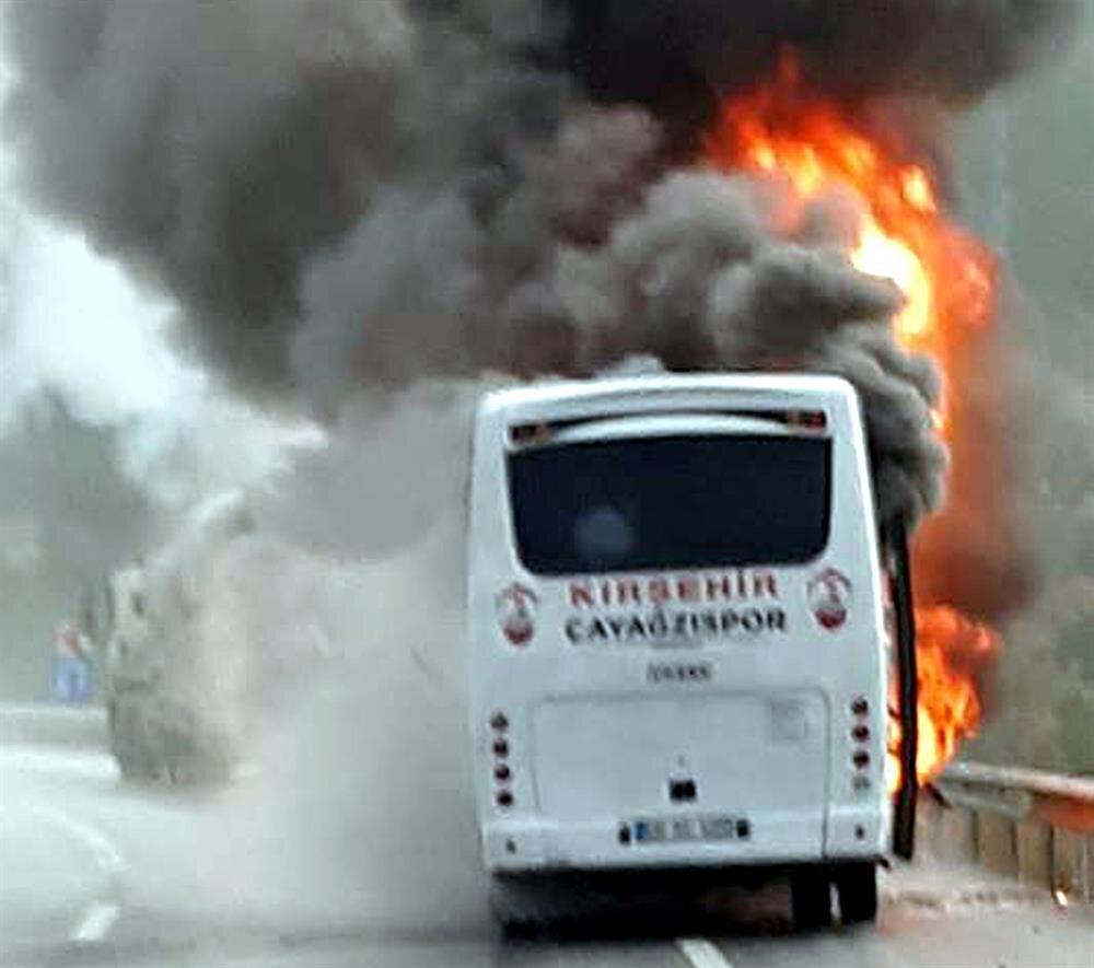 Takım otobüsü Afyon yakınlarında alev alev yandı.