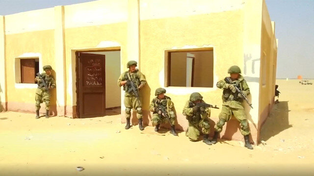 Russian and Egyptian paratroopers practice in desert