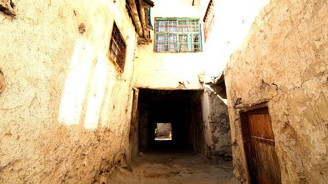 Evlerin 1 ya da 2 odasının, sokaktaki ahşap kirişler üzerine inşa edildiği görülüyor.