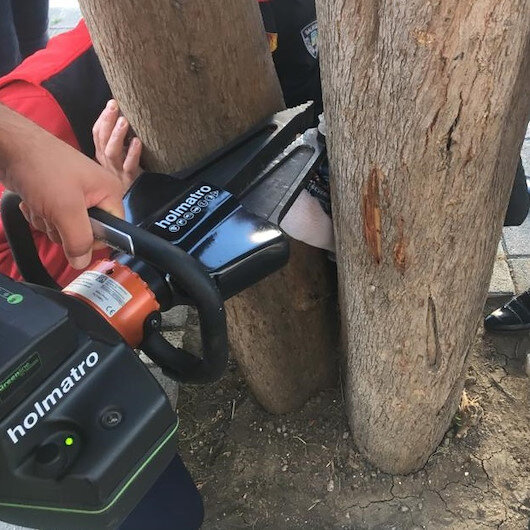 Bacağı ağaca sıkışan kız öğrenciyi itfaiye kurtardı