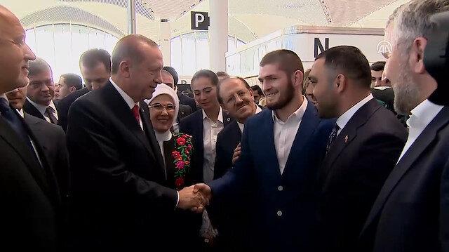 Erdoğan açılışa katılan konuklarla tek tek tokalaştı