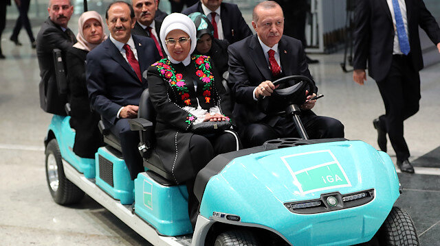 Erdoğan elektrikli araçla Yeni Havalimanını dolaştı