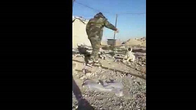 Esed askerlerinden vahşet: Köpeği diri diri yaktılar!