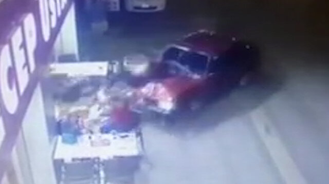 Adanada ehliyetsiz sürücü kebapçıya daldı