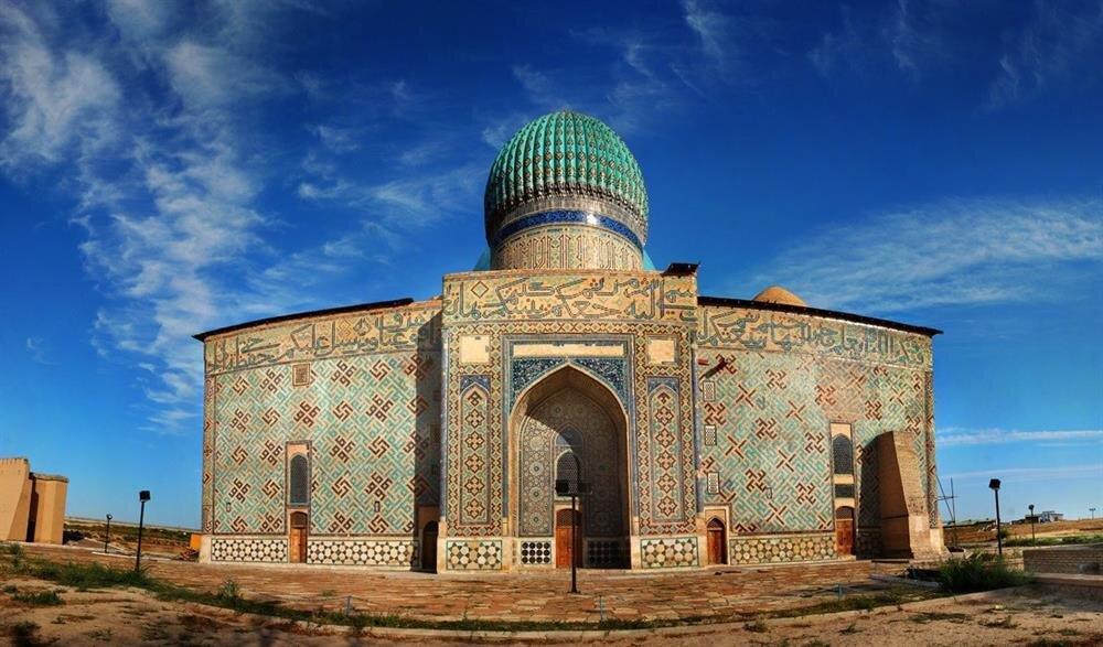 1389 yılında Timur tarafından yaptırılan Hoca Ahmet Yesevi türbesi güney Kırgızistan'da bulunmaktadır.