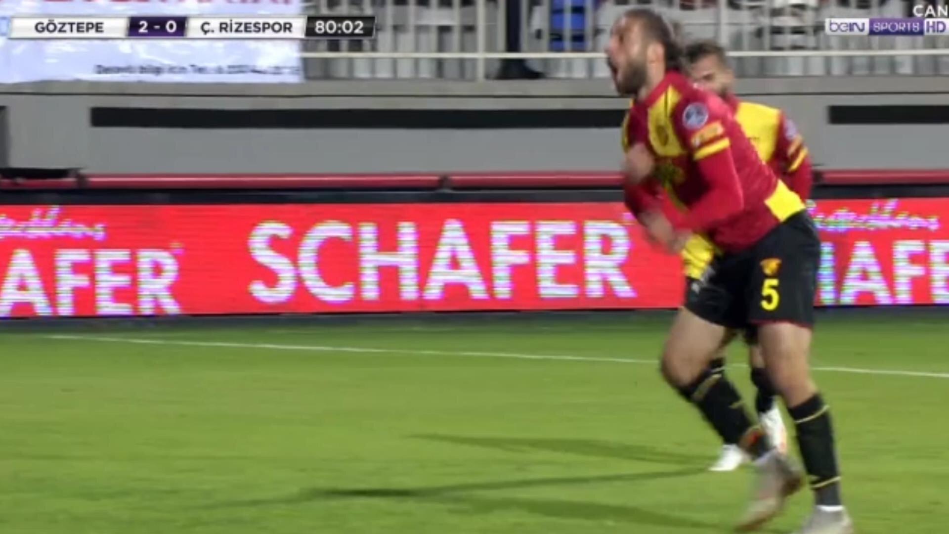 Alpaslan Öztürk, Rizespor maçında attığı golden sonra goril taklidi yaparak sevindi.