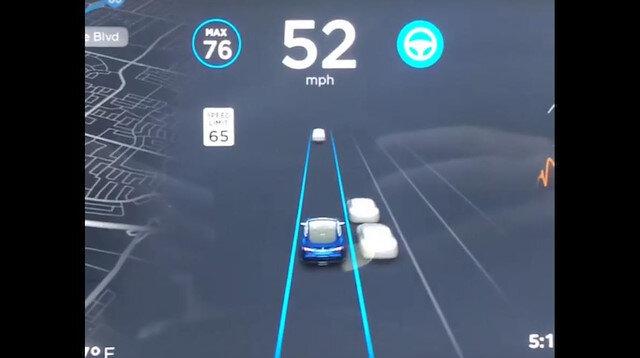 Tesla'nın otopilotu sol şeridi kapatıyor