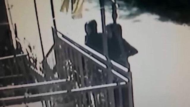 Evlerin kapılarını zorlayan kadınlar kamerada