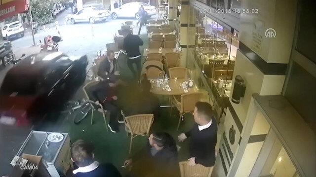 Polisten kaçan şüpheli araç insanların arasına daldı