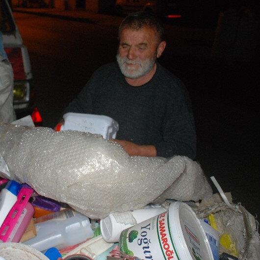 Çöpte atık kağıt ararken bulduğu altınları polise teslim etti