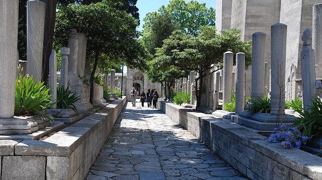 Osmanlı mezar taşları kıbleye değil yola bakar gelip geçenler bir Fatiha okusun diye.