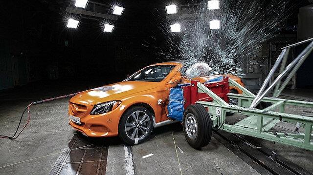 Mercedes C-Class çarpışma testinde.