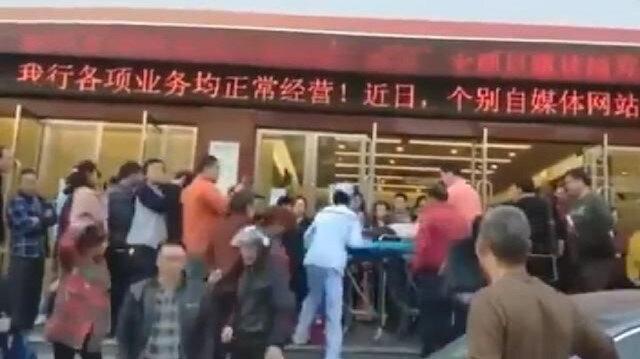 Bankada parası bulunan Çinliler banka şubelerinde izdihama yol açtı.