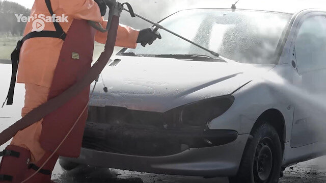 Tazyikli suyla arabayı paramparça etti
