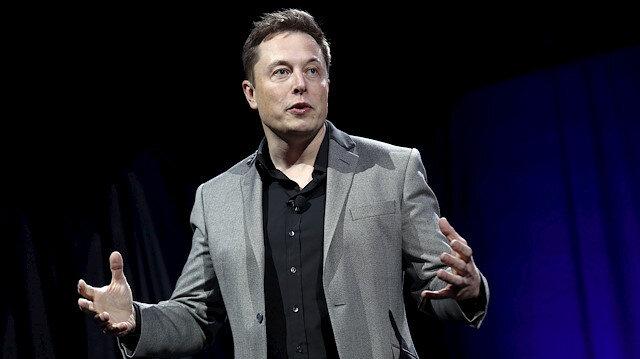 Elon Musk CEO'luk görevine devam ediyor.