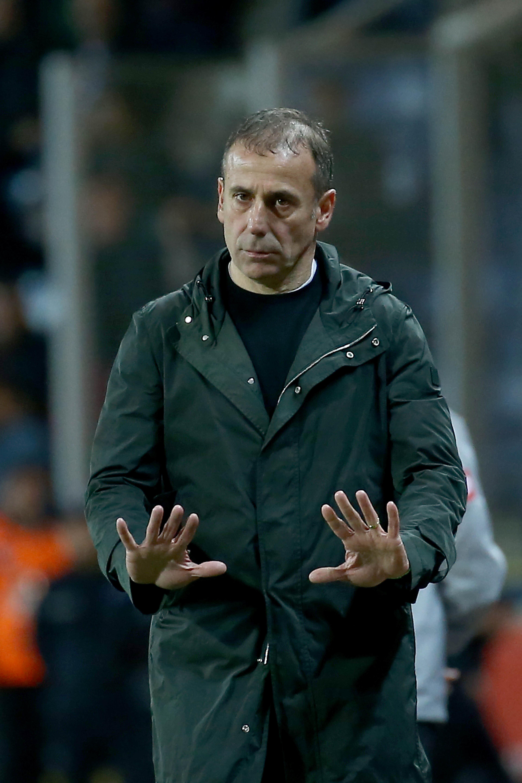 Abdullah Avcı, Beşiktaş maçında öğrencilerine sakin oynamaları yönünde talimat veriyor.