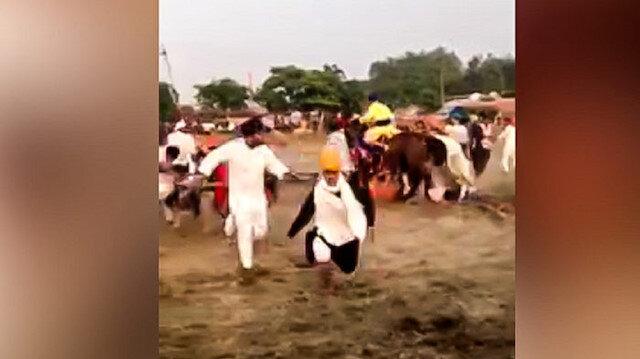Atıyla insanların arasına daldı