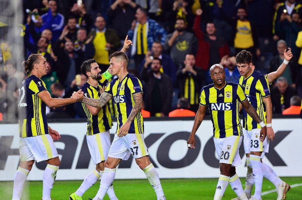 Fenerbahçeli futbolcular ikinci golü hep birlikte kutluyorlar.