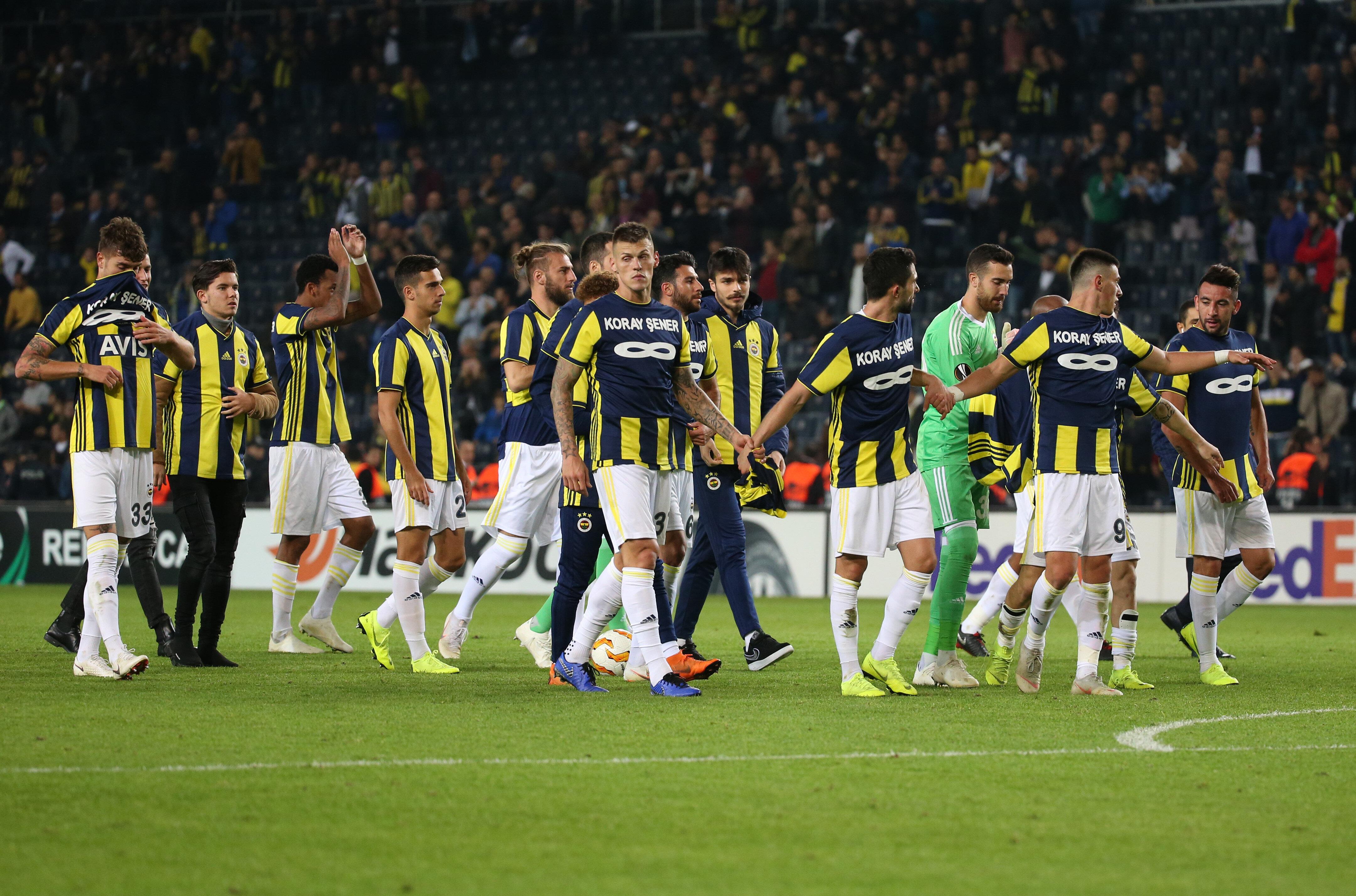 Fenerbahçeli futbolcular maç sonunda Koray Şener'e özel hazırlanan formalarla tribünlere gitti.