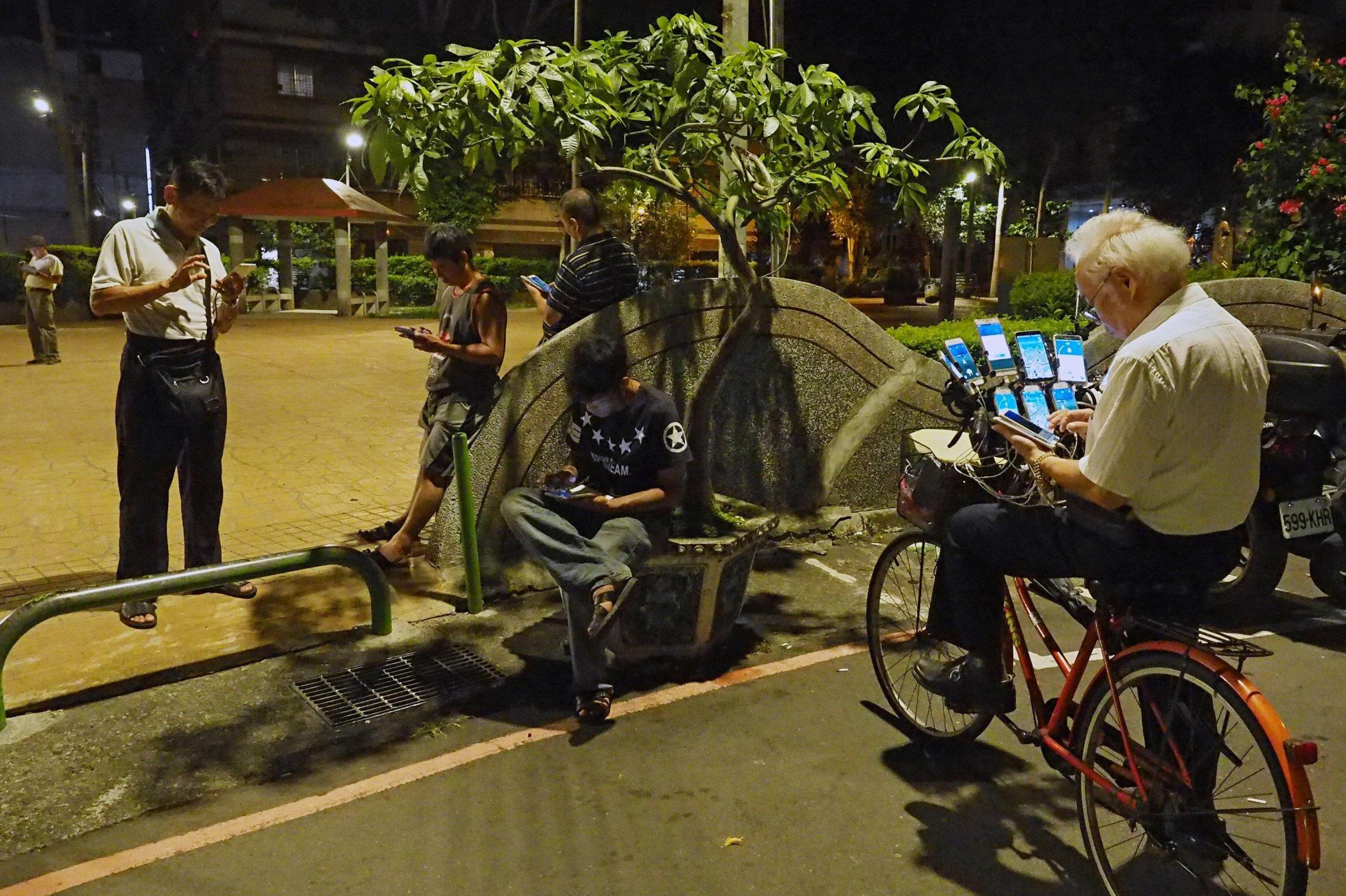 Chen San-yuan, Taipei sokaklarındaki genç arkadaşlarıyla Pokemon arıyor. (Bu kadar emek sonucu başarılı Pokemon'lar yakaladığını umuyoruz.)