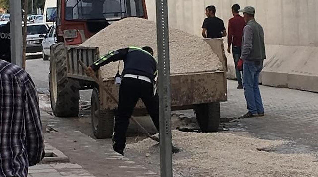 Polisin işçilere yardım etmesi sosyal medyada takdir topladı