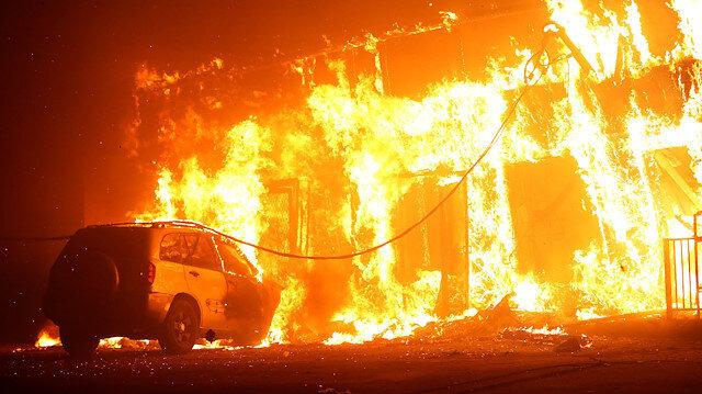 Kaliforniya Paradise'de yanan bir kamp böyle görüntülendi.