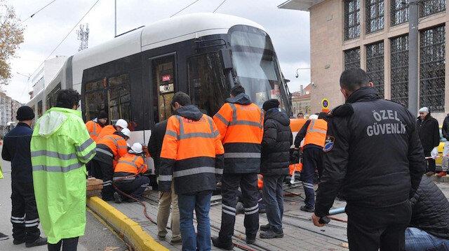 Beyazıt'ta tramvay raydan çıktı
