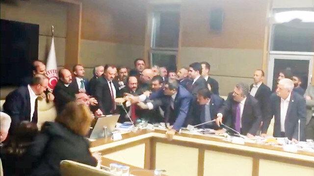 Komisyonu birbirine katan milletvekillerinin, KHK ile ihraç edilen doktorlardan olması dikkat çekti.