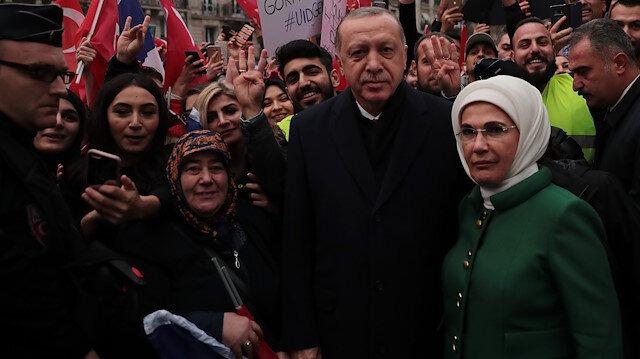 Cumhurbaşkanı Erdoğan ile eşi Emine Erdoğan, kendisini karşılayan binlerce vatandaşı selamladıktan sonra, fotoğraf çektirdi.
