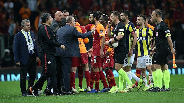 Derbinin bitiş düdüğünün ardından saha içi karışmış, iki takım futbolcuları kavga etmişti.