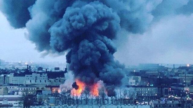 Yangında AVM büyük zarar görürken alevler çevre binalara da sıçradı.
