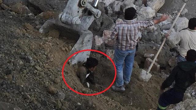 Göçük altına kalan çocuk işçi, kurtarıldıktan sonra hastaneye kaldırıldı.