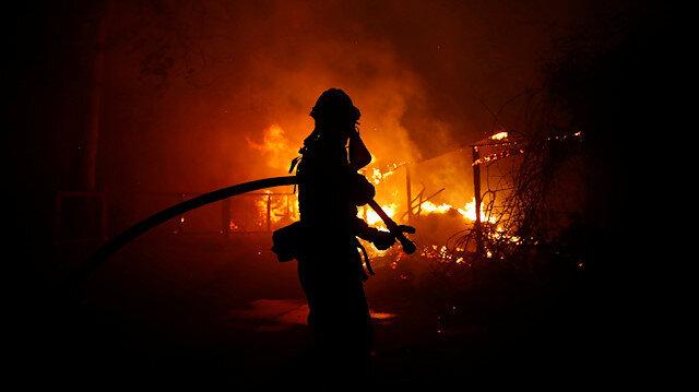 İtfaiye ekipleri yangına müdahale ediyor.