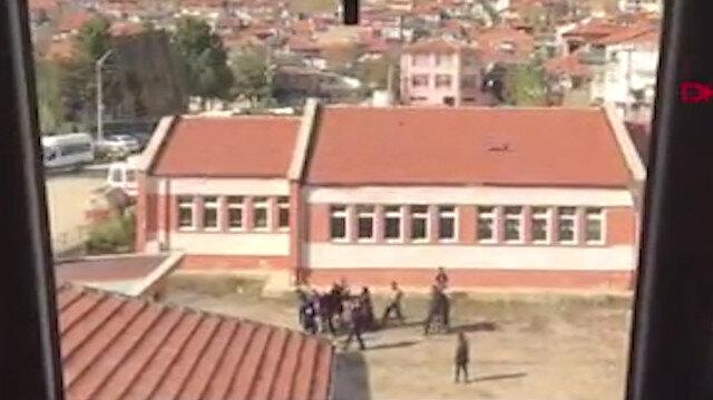 Öğrenci yakınları kavgayı ayırmaya çalışan müdür vekilini dövdü