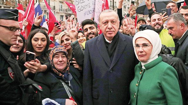 Cumhurbaşkanı Erdoğan'ı başkent Paris'te kalacağı otelin önünde gurbetçiler karşılayıp sevgi gösterisinde bulundu