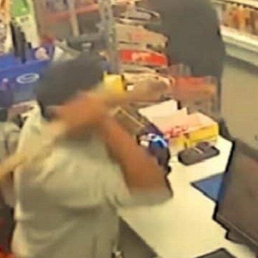 بالفيديو: صاحب متجر يهزم بعصاه 3 لصوص هاجموه بالسكاكين