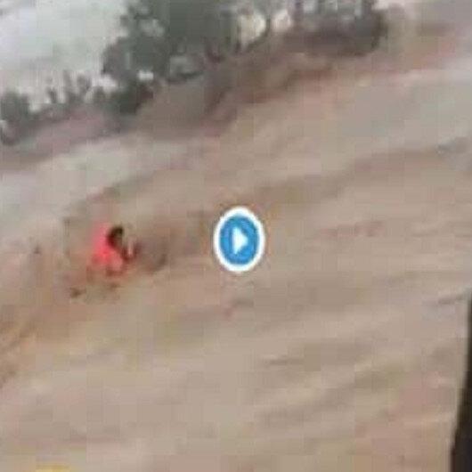 شاهد: السيول تحتجز امرأة في شعيب باير بـالقريات