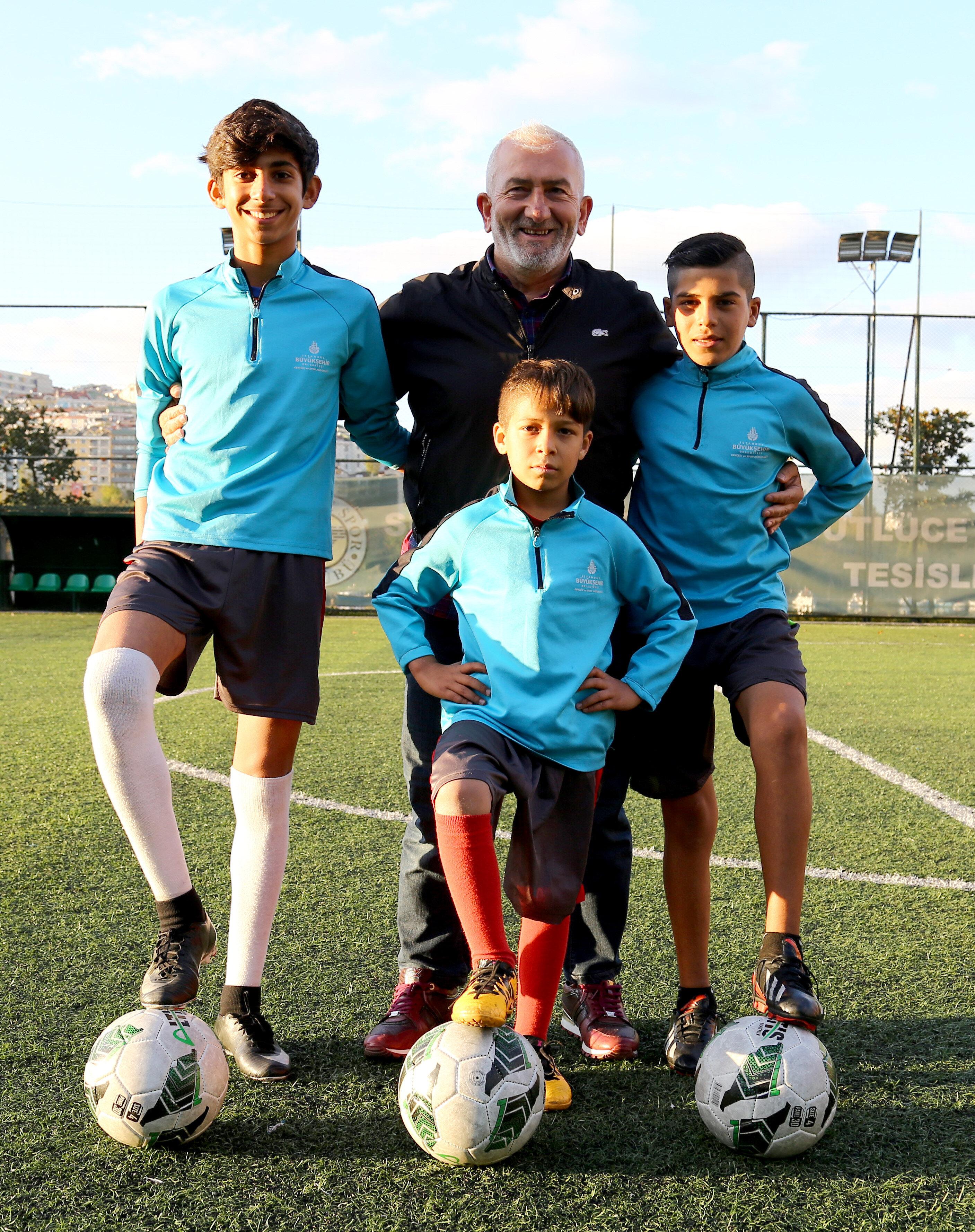 Sütlücespor Başkanı Halil İbrahim Çelik, Suriyeli genç futbolcuların lisans sorunu çözmek için yetkililerden yardım istedi.